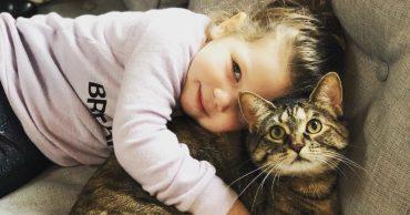 """""""Иди ко мне, котик! Я тебя любить буду!"""" Между ребёнком и кошкой возникла тесная связь..."""